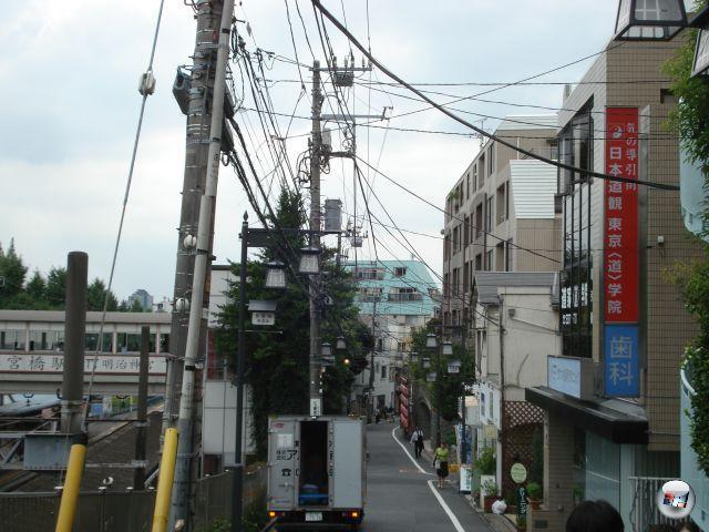 Wichtige Leitungen verlaufen in Japan nicht unter-, sondern oberirdisch. Das liegt daran, dass die Hauptinsel regelmäßig von Erdbeben durchgewalkt wird - würden die Kabel unter der Erde liegen, würden sie ständig reißen. Das Seilgewirr über den Köpfen der Leute hat außerdem den großen Vorteil, dass Menschenfleisch fressende Flugechsen keinesfalls durchkommen. Allerdings hat auch Spiderman das Problem, weswegen er auch lieber in New York herumschwingt. 2153073