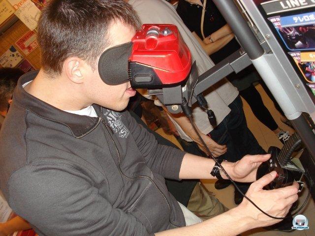 <b>Nintendo Virtual Boy</b><br><br> In den Neunzigern sorgte der Virtual Reality-Hype für die Entwicklung allerlei klobiger Hardware. Ataris VR-Brille für den Jaguar wurde nach einer E3-Präsentation wieder eingestampft, doch Nintendos Virtual Boy schaffte es 1995 bis zur Marktreife. Das gefloppte Handheld ist für ein mobiles Gerät allerdings ziemlich klobig und strapaziert die Augen durch seine monochrome rot-schwarze Darstellung. Da jedes Auge einen eigenen Bildschirm betrachtet, wirkt der 3D-Effekt aber nach wie vor sauberer als beim 3DS. 2379507