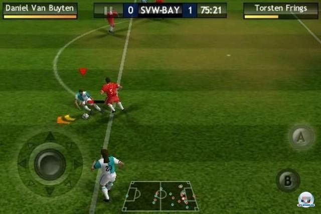 <b>FIFA 10</b> <br><br> Was zählt, ist auf'm Platz - oder auf dem Touchscreen. Und genau dort versagt EA auf ganzer Linie: Die fummelige iPhone-Steuerung von FIFA 10 ist kurz gesagt eine Zumutung - daran können auch die hübschen Stadien nichts ändern. Daher gab?s im Test nur 38 Wertungs-Punkte. Die aktuelle Inkarnation FIFA 11 hat sich übrigens noch nicht auf Android blicken lassen. Bei der Konkurrenz verhält es sich umgekehrt: Konamis Pro Evolution Soccer ist seit der 2011er-Auflage auf dem Marktplatz am Start. 2236052