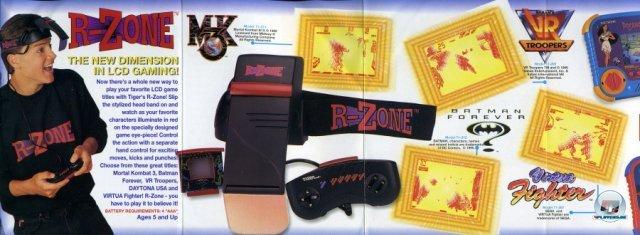 <b>Tiger R-Zone</b><br><br> Auch Tiger Electronics sprang auf den VR-Brillen-Zug auf. Das 1995 veröffentlichte R-Zone fällt allerdings in die Kategorie Abzocke: Statt 3D-Grafiken wurden einfache LCD-Spiele auf den ausklappbaren Bildschirm vor ein Auge projiziert. Tiger kaufte sogar namhafte Lizenzen wie Virtua Fighter, Mortal Kombat 3 oder Batman Forever ein. 2379517