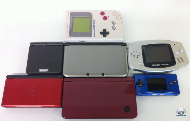 Der 3DS XL im Kreise einiger seiner Ahnen. Von oben im Uhrzeigersinn: Game Boy, Game Boy Advance, Game Boy micro, DSi XL, DS lite, GBA SP, 3DS XL. Man sieht: So gigantisch gro ist der neue Handheld im Vergleich gar nicht.