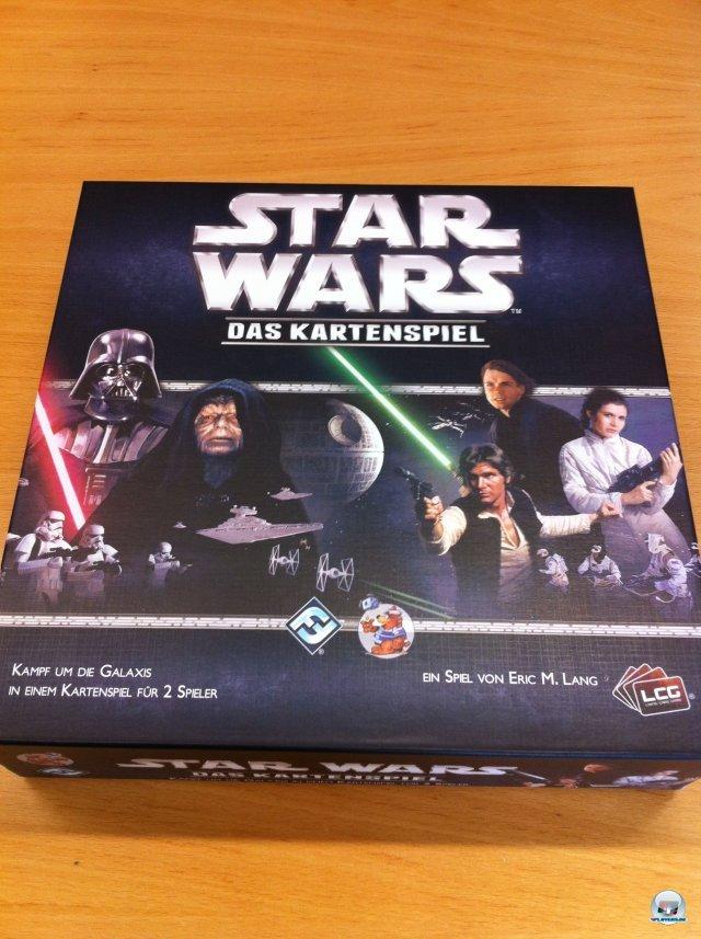 Star Wars: Das Kartenspiel (nur für zwei Leute geeignet) ist auf Deutsch für knapp 30 Euro beim Heidelberger Spielverlag erschienen.