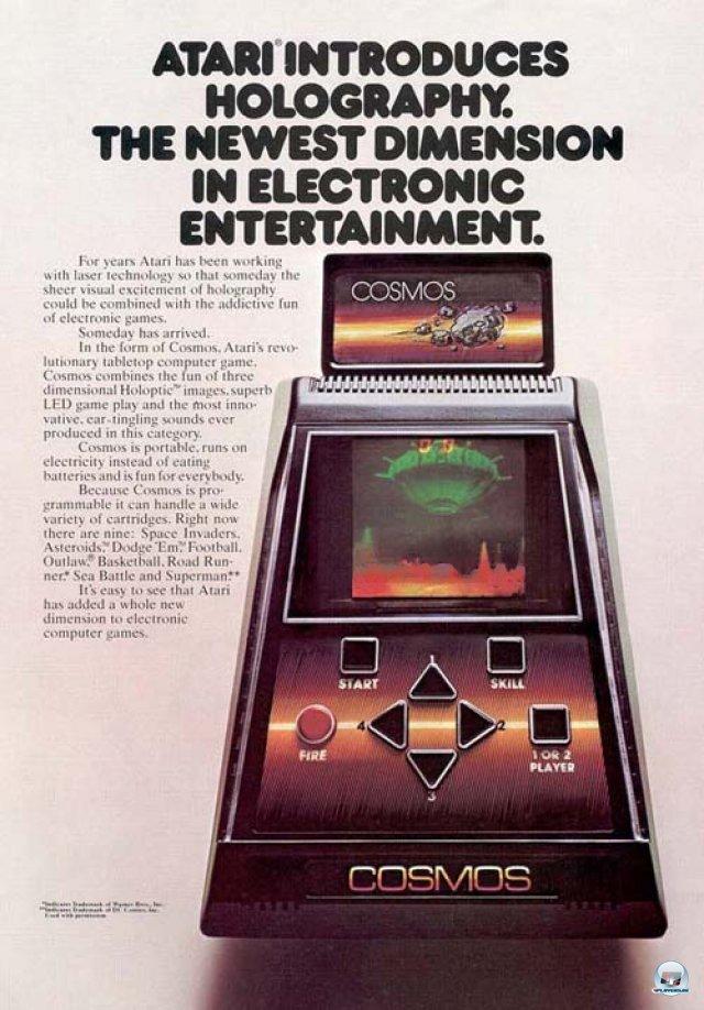 <b>Atari Cosmos</b><br><br> Den Anfang macht ein futuristisches Kästchen von Atari: Der Cosmos sollte eine neue Dimension elektronischer Unterhaltung einläuten. Die Besonderheit war der holographische Bildschirm: Laut Werbetext zeichneten Laser-Strahlen ein dreidimensionales Bild hinter die Scheibe, welches aber schon beim Prototyp keinen Einfluss auf den Spielablauf nahm. Nach einer Präsentation auf der New York Toy Fair im Jahr 1981 stampfte Atari das Projekt schließlich ein. 2379487