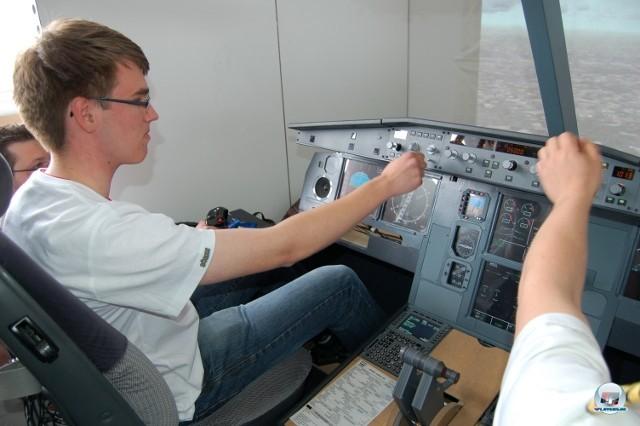 <b>Simulator-Cockpits</b> <br><br>  Flightsticks sind euch nicht hardcore genug? Dann solltet ihr euch an Simulations-Enthusiasten wenden, welche in erstaunlichen Liebe zum Detail komplette Cockpits nachbauen. Auf der Paderborner Konferenz gab es z.B. den Flugsimulator von Project A330 zu bestaunen - sogar inklusive Feuerlöscher und ledergebundenem Airway Manual. In die Ausstattung könnt ihr auf der offiziellen Homepage (www.dalpi.de) hineinschmökern. 2241073