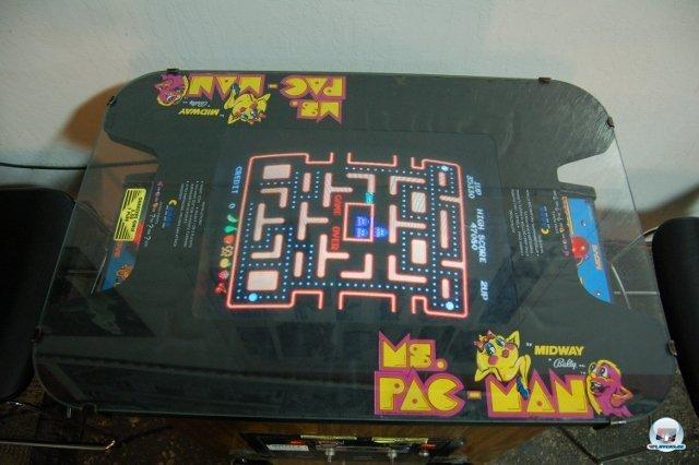 <b>Wakka Wakka!</b> <br><br> Noch ein echtes Schmuckstück: Namcos Ms. Pac-Man im stylischen Cocktailtisch. Anfang der Achtziger wurden einige Automaten in die gemütlichen Glas-Tischchen eingebaut. 2334732